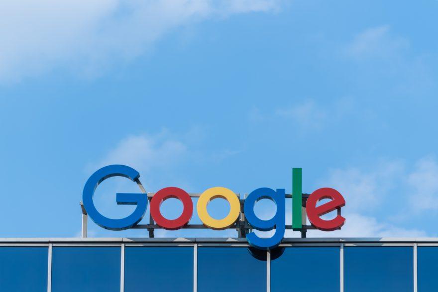 Google Logo vor blauem Hintergrund